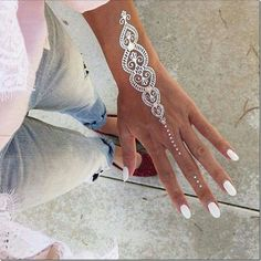 Henna tattoos While traditional mehndi is synonymous with Indian weddings, many modern Indian brides have started opting for contempo. Henna Tattoos, White Henna Tattoo, Tattoo Henna, Henna Body Art, Neue Tattoos, Symbol Tattoos, Henna Mehndi, Henna Art, Mehendi