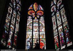 auch | Grande photo du vitrail de la crucifixion dans la cathédrale d'Auch