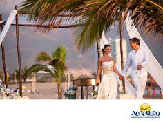 #tubodaenacapulco Celebra tu boda en Acapulco. HAZ TU BODA EN ACAPULCO. El hermoso puerto de Acapulco te ofrece diferentes lugares para realizar la boda que siempre has querido; desde hermosos hoteles hasta increíbles playas con atardeceres de ensueño. También, encontrarás empresas que se especializan en brindarte todos los servicios necesarios para ese día tan especial. Te invitamos a visitar Acapulco, y lo elijas para hacer tu boda. www.fidetur.guerrero.gob.mx