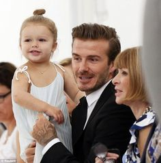 David Beckham holds his daughter, Harper, as he speaks to Vogue editor-in-chief Anna Wintour at wife Victoria Beckham's runway show during New York Fashion Week on Sept. Victoria's bike gets stolen during Fashion Week Fashion Kids, Fashion Week, New York Fashion, Star Fashion, Fashion Show, Fashion Brands, Fashion Beauty, David E Victoria Beckham, Victoria And David