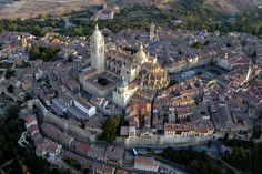 El acueducto de Segovia comparte la denominación de patrimonio mundial junto con la ciudad histórica segoviana, en la que se pueden ver el alcázar del siglo XI y la catedral gótica del siglo XVI (en el centro de la fotografía). La entrada al alcázar cuesta cinco euros, mientras que la de la catedral son tres euros.  TURISMO DE SEGOVIA