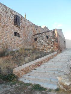 Muralla cercana al Arco de la Virgen. Como en otros sitios se han practicado en ella huecos y adosado viviendas