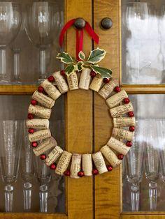 muerdago navidad, corona de navidad con tapas de corcho y bolitas rojas, hoja verde artificial, cinta roja