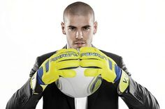 VICTOR VALDES SIGNS BOOTS