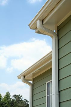 Rain gutters on a home. Rain gutters or downspouts on a home , House Gutters, Diy Gutters, Seamless Gutters, How To Install Gutters, Home Repairs, Home Reno, Home Projects, New Homes, Backyard