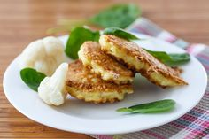 Cauliflower has become the substitute for a lot of starches like potatoes or rice. This recipe uses cauliflower like you would in fried potato cakes. Cauliflower Cakes, Cauliflower Fritters, Cheesy Cauliflower, Cauliflower Patties, Cetogenic Diet, Low Carb Diet, Fried Potato Cakes, Comidas Light, Low Carb Side Dishes