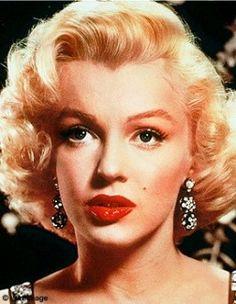 Il y a deux visions de la femme des années 50. L'enfantine Audrey Hepburn et le sex symbol Marilyn Monroe.