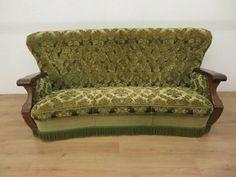 Te koop een originele vintage 3 zitsbank met groen velourse bekleding. De bank is in een zeer goede staat. Diepte 50cm breedte 180cm zithoogte 35cm.
