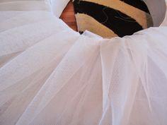 Tutorial para hacer un tutú de ballet de plato con aro.   Si Coppelia vistiera de Prada Versace, Tutu Ballet, Prada, Skirts, Outfits, Halloween, Fashion, Carnival, Vestidos