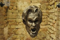 Mascherone originariamente applicato a una fontana a colonna