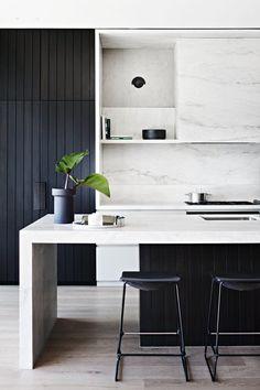 53 veces he visto estas apacibles cocinas negras. Black And White Interior, White Interior Design, Interior Design Kitchen, Kitchen Designs, Contemporary Interior, Black Kitchen Cabinets, Black Kitchens, Cool Kitchens, Kitchen Island