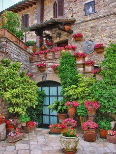 Vicoli di Assisi con Fiori a Primavera - guarda le nostre offerte su http://hotelviole.it/offerte