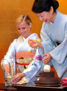Hm. This is too weird.  Reese Witherspoon in hardcore furisode making and drinking tea. 2008. found by @Tracy.