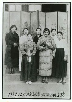 group of Korean ladies, some in western dress, others in traditional hanbok 한복. They are standing in front of a painted folding screen. Korean Traditional Dress, Traditional Outfits, Vintage Photographs, Vintage Photos, Geisha, South Korean Women, North Asia, Korean Peninsula, Korean Hanbok