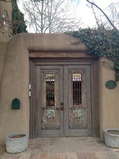 Doors that look like this! Entry Gates, Entrance Doors, Old Doors, Windows And Doors, Fachada Colonial, Courtyard Entry, New Mexico Homes, Santa Fe Style, Adobe House
