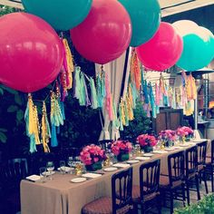 7 Balloon Styling Tips You Need To Know Gigantic, round, 36 Inch Balloons are the newest trend in celebration decor. They're more modern and stylish than their tiny ancestors (normal sized balloons). Party Knaller, Party Deco, Party Pops, Party Time, Big Round Balloons, 36 Inch Balloons, Giant Balloons, White Balloons, Balloon Tassel