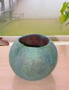 DIY: extremely detailed tutorial on wet felting a vessel using a balloon as a 3D resist http://www.craftster.org/forum/index.php?topic=85194.0 #wetfelting #studiopaars