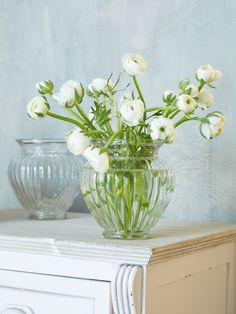 Create effortlessly relaxed foral displays on your tables with this gorgeus Rilled Recycled Glass Vase.