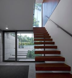 Floating Wood Staircase Design At Entyway Among Metal Handle Also Grey Carpet Aroeira III House Directly Welcome You Architecture Details, Interior Architecture, Contemporary Architecture, U Shaped Houses, Modern Design Pictures, Shelter Design, Wood Staircase, Staircase Design, Times New Roman