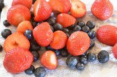 Bastogne kage med marengs, flødeskum & bær | nogetiovnen.dk Plum, Raspberry, Fruit, Food, Essen, Meals, Raspberries, Yemek, Eten