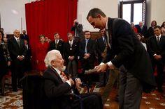 SM el Rey Felipe VI y la Reina Consorte Letizia, en la entrega del Premio Cervantes 2015 al escritor Mexicano Fernando del Paso 23-04-2016 ⚜ (@MonarquiaEspana) | Twitter