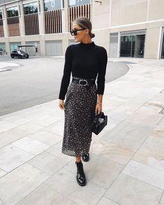 10 básicos de otoño que debes tener para la oficina | Mujer de 10 Midi Skirt Outfit, Winter Skirt Outfit, Skirt Outfits, Midi Skirts, Winter Outfits, Jean Skirts, Denim Skirts, Long Skirts, Modest Outfits