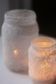 Selbst gemachte Weihnachts Deko. Gläser mit Leim beschmieren und durch Salz…