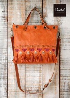 eb6be2f731d9 Esta bandolera de cuero marrón es hecho a mano en cuero de alta calidad y  embroideried