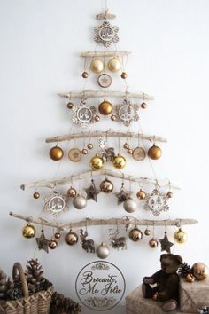 DIY ideas for Christmas decorations for the Christmas holidays! - Hello lovely Looking for a unique decor for Christmas This wall-mounted driftwood Christmas tree is ideal Driftwood Christmas Tree, Christmas Wall Art, Noel Christmas, Christmas 2019, All Things Christmas, Simple Christmas, Beautiful Christmas, Minimalist Christmas, Christmas Wall Decorations