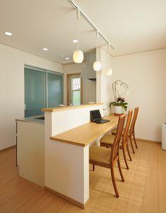ご両親がお二人で過ごすことが多いダイニングには、テーブルを置かずに広めのカウンターを設置しました。配膳も楽になります。 Kitchen Sets, Kitchen Hacks, New Kitchen, Muji Home, Small Home Offices, Simple Furniture, Kitchen Organization, Home Kitchens, Family Room