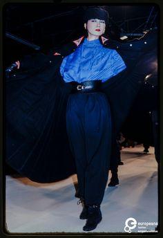 France, Paris, March Fashion show of Kansai Yamamoto autumn-winter women's ready-to-wear collection. Japan Fashion, 90s Fashion, Runway Fashion, Fashion Show, Vintage Fashion, Japanese Fashion Designers, Japanese Street Fashion, 1950s Dress Patterns, Kansai Yamamoto