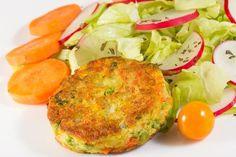 TORTITAS DE PAPA CON VERDURAS Ingredientes 500 g de hortalizas variadas (zanahoria, calabazas, brócoli...)500 g de papas1 huevos1 huevo para empanizar4 cucharadas de queso tipo manchego ralladoPan molidoAceite de oliva2 o 3 ramitas de tomilloSal y pimienta