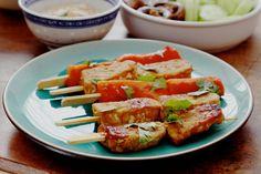 Gemarineerde en gegrilde tempeh-papaja spiesjes uit kookboek The Green Kitchen Travels.