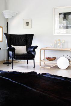 Isäntä on hankkinut tanskalaisen designnojatuolin 30 vuotta sitten. Taulu on Ulla Rantasen grafiikkaa.