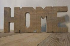 'Home' gezaagd uit één stuk steigerhout.