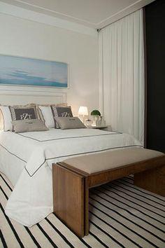 Quarto de casal no showroom Casa MIneira, assinado por Prado Zogbi Tobar, confecção de colchas, cortinas sob medida e almofadas personalizadas.