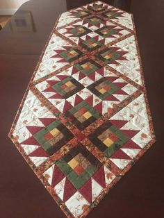 It's called Sunday drive (by antler quilts). Made by Colleen Roberts Quilted Table Runners Christmas, Patchwork Table Runner, Table Runner And Placemats, Table Runner Pattern, Christmas Patchwork, Quilting Projects, Quilting Designs, Quilted Table Toppers, Quilted Wall Hangings