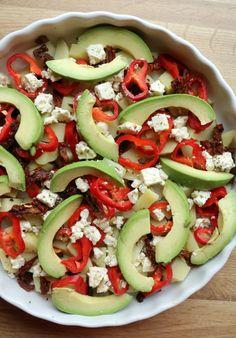 Middagsomelett med potet & avokado - LINDASTUHAUG Caprese Salad, Food And Drink, Recipes, Mad, Omelet, Ripped Recipes, Cooking Recipes, Insalata Caprese