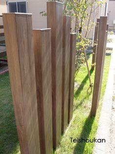 アルミ製角材 House Fence Design, Modern House Design, Sleeper Wall, Garden Art, Home And Garden, Pergola, Fence Screening, Zen Space, Flower Garden Design