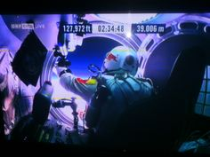 Felix Baumgartner opened the door to his #Universe:  the Stratos capsule was on a height of almost 128.000ft and shortly over 39.000m! live picture from Austrian TV ORF