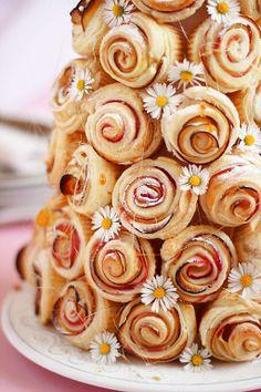 Rose per la mamma Mini Desserts, Just Desserts, Dog Recipes, Sweet Recipes, Puff And Pie, Bread Art, Food C, Food Garnishes, Sweet Pastries