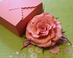 Долго искала упаковку для своих цветов, пробовала разные варианты: и коробки, и пакеты, но на их изготовление уходило много времени и материалов. И я решила найти простой способ упаковки в стиле оригами — из одного листа бумаги за 10 минут. Для изготовления такой коробочки мне необходимы: - коврик для резки; - металлическая линейка; - палочка для биговки (я использую ручку от кокотницы); -…