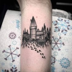 Blackwork Hogwarts castle tattoo by Ashley Crow. Dreieckiges Tattoos, Hp Tattoo, Arrow Tattoos, Cool Tattoos, Tatoos, Ankle Tattoos, Tiny Tattoo, Tattoo Flash, Temporary Tattoos