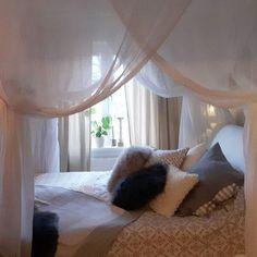 Nu är sänghimmeln uppe. Ska bara leta upp en lång ljusslinga med massor av små ljus att ha i den  #bed #bedroom #home #homestyling #homedecor #myhome #inspiration #interior #interiordesign #interior123 #interior4all #mitthem #style #styling #shabby #shabbychic #shabbyhome #white #whitehome #interiordesigner #finahem #lantligt #inredning #sänghimmel #himmelsäng #gästrum #sovrum #elloshome