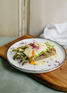 Eggs Benedict auf grünem Spargel mit Sprossen #rezept Sauce Hollandaise, Tacos, Mexican, Breakfast, Ethnic Recipes, Nice, Food, Kochen, Poached Eggs