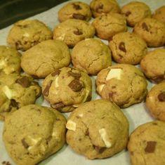 Sega tjocka cookies med bitar av ljus och vit choklad