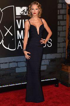 """MT Video Music Awards 2013: """"Taylor Swift apostó por una sensual sobriedad con este diseño de Herve Leger y un peinado retro. Los pendientes y la pulsera, de Lorraine Schwartz."""""""
