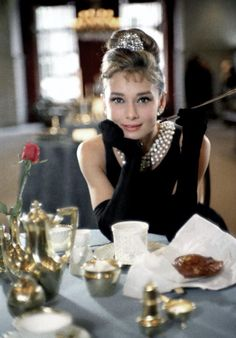 Audrey Hepburn posing as Holly Golightly inside the Tiffany & Co. flagship store on Fifth Avenue in New York, Photographs by Howell Conant. Audrey Hepburn Givenchy, Style Audrey Hepburn, Audrey Hepburn Breakfast At Tiffanys, Audrey Hepburn Photos, Audrey Hepburn Costume, Audrey Hepburn Fancy Dress, Tiffany Breakfast, Nice Breakfast, Iconic Movie Characters