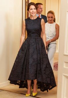 BLACK ROYAL FASHION Crown Princess Mary of Denmark wore the popular H&M dress to the Copenhagen Fashion Summit on Thursday. Affordable Dresses, Elegant Dresses, Pretty Dresses, Beautiful Dresses, Mother Of Groom Dresses, Bridesmaid Dresses, Prom Dresses, Lace Evening Dresses, Bride Dresses
