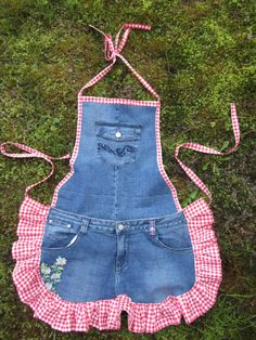 Farm Girl Apron Tutorial from Recycled Jeans Jean Crafts, Denim Crafts, Sewing Tutorials, Sewing Projects, Cool Aprons, Apron Tutorial, Apron Designs, Sewing Aprons, Recycle Jeans